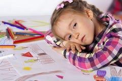 一疲乏儿童有草图的一位艺术家 免版税图库摄影