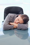 一疲乏女实业家休眠的纵向 图库摄影