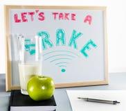 一白板标题`让` s采取闸`红色和绿色信、学校闸、杯子牛奶和绿色苹果 库存图片