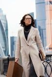 一白色coatin的美丽的妇女城市` s商业区 免版税图库摄影