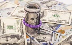 一百元钞票卷起与rubberband 免版税库存图片