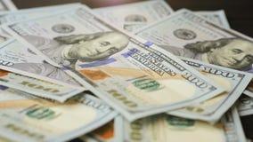 一百元钞票混乱在桌上落 股票视频