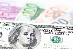 一百元钞票钞票特写镜头 在背景的欧洲货币现金 全球性货币概念 美元霸权  优势, 免版税库存图片