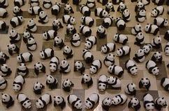 一百在提高了悟的显示的熊猫 免版税库存图片