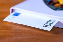 一百张欧洲货币钞票,特写镜头 库存照片