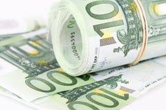 一百张欧洲钞票卷与一个橡皮筋儿的 免版税库存图片