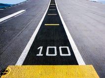 一百米,航空母舰的跑道 免版税库存照片