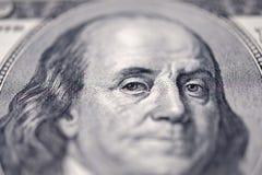一百美元的本杰明・富兰克林钞票 在眼睛的选择聚焦 库存照片