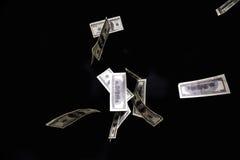 一百美元钞票在黑背景的被隔绝的飞行 库存图片