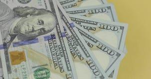 一百美国美金转动 r 与美金的背景 股票录像