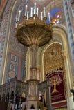 一盏大华丽地装饰的灯在犹太教堂珊瑚的地板上站立在布加勒斯特市在罗马尼亚 免版税库存照片