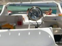 一盏大灯,聚光灯,在小船,以蓝色盐的一个美好的热带风景的为背景一艘船的一盏探照灯 免版税库存图片