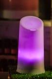 一盏现代紫色轻的灯笼灯在夜市场上 免版税库存图片