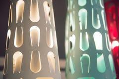 一盏现代枝形吊灯的细节 免版税库存照片