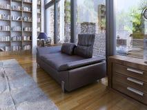 一盏现代lether沙发和灯在木地板上 免版税库存照片
