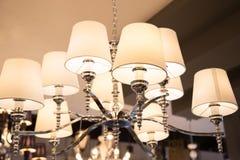 一盏美丽的水晶枝形吊灯的特写镜头 免版税库存图片