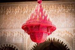 一盏美丽的红色摩洛哥枝形吊灯 图库摄影