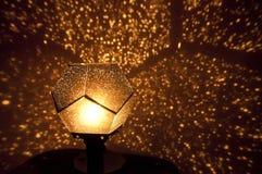 一盏美丽的金黄灯的特写镜头 库存照片