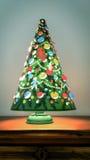 一盏转动的葡萄酒圣诞树灯(垂直) 库存照片