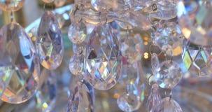 一盏经典枝形吊灯的豪华水晶 关闭豪华枝形吊灯的美丽的水晶 棒棒糖背景 股票视频