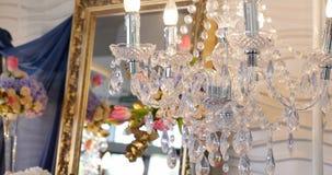 一盏经典枝形吊灯的豪华水晶 关闭豪华枝形吊灯的美丽的水晶 镜子背景 股票录像
