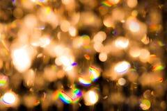 一盏水晶枝形吊灯发光与金黄光 免版税图库摄影