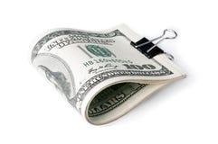 一盒美国人一百元钞票在一半折叠了并且紧固了与一个职员钩子 在一个空白背景 免版税库存照片