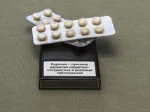一盒香烟与smoki的危险的一个警报信号的 库存照片