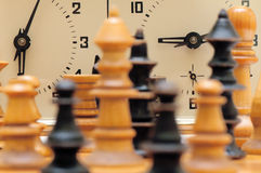与时钟的一盘象棋形象 库存照片