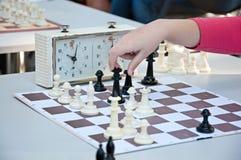 一盘象棋 下棋的女孩在公园 免版税库存图片