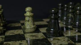一盘象棋 白色典当击败黑典当 选择聚焦 棋典当被击败的典当 棋子细节在黑色的 库存照片
