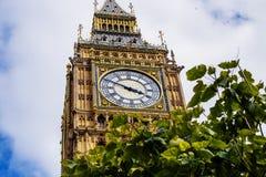 一相当蓝色围拢的大本钟钟楼的细节 免版税库存照片