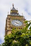 一相当蓝色围拢的大本钟钟楼的细节 免版税库存图片