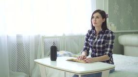 一瞎的美丽的年轻女人在家坐并且读书,盲人识字系统字体 股票视频