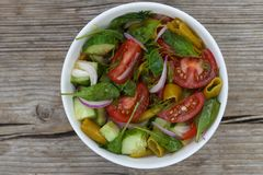 一碗从蕃茄、菠菜和各种各样的新鲜蔬菜的莴苣 健康沙拉 库存图片