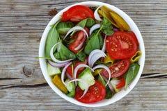一碗从蕃茄、菠菜和各种各样的新鲜蔬菜的莴苣 免版税库存图片