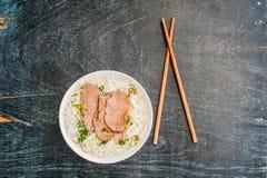 一碗传统越南牛肉汤在黑暗的老木背景的Pho Bo 库存照片