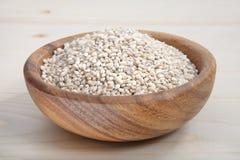 一碗在木表面的大麦米 库存图片