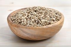 一碗在木表面的燕麦 库存图片