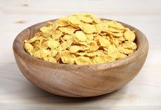 一碗在木表面的玉米片 库存图片