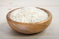 一碗在木表面的米 免版税库存照片