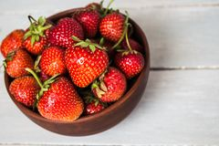 一碗新鲜的草莓 库存照片