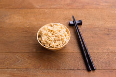 一碗煮熟的糙米 免版税库存照片