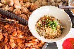 一碗的顶视图辣泰国汤姆汤面用猪肉 曼谷,泰国 图库摄影