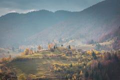 一秋天天在德雷库拉` s城堡附近的一个村庄 免版税图库摄影