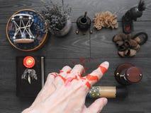 一种不祥的神秘的仪式 魔术师的手 秘密主义 ?? 万圣节的概念 不可思议 库存图片