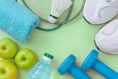 一种健康生活方式的属性:食物、体育或者运动员` s equ 免版税库存图片