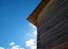 一种农村剧情的木房子在春天 库存图片