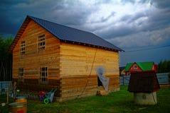 一种农村剧情的木房子在春天 免版税图库摄影