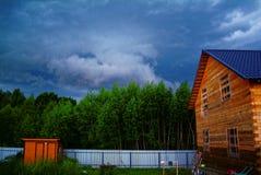 一种农村剧情的木房子在春天 免版税库存照片